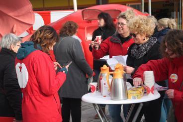 SP-raadslid Ellis Müller deelt tomatensoep uit tijdens actie voor afschaffing marktwerking huishoudelijke zorg